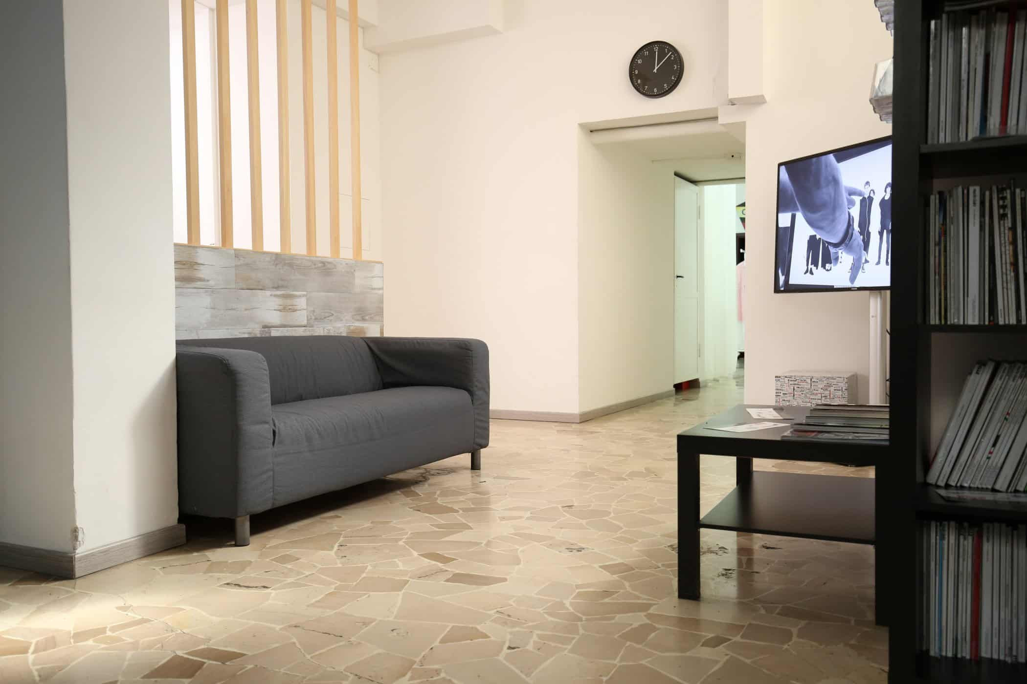 affitto-studio-fotografico-sala-pose-postazione-makeup-luci-per-servizi-fotografici-video-riprese (3)