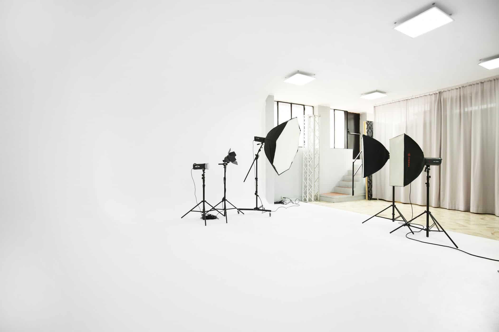 affitto-studio-fotografico-sala-pose-postazione-makeup-luci-per-servizi-fotografici-video-riprese