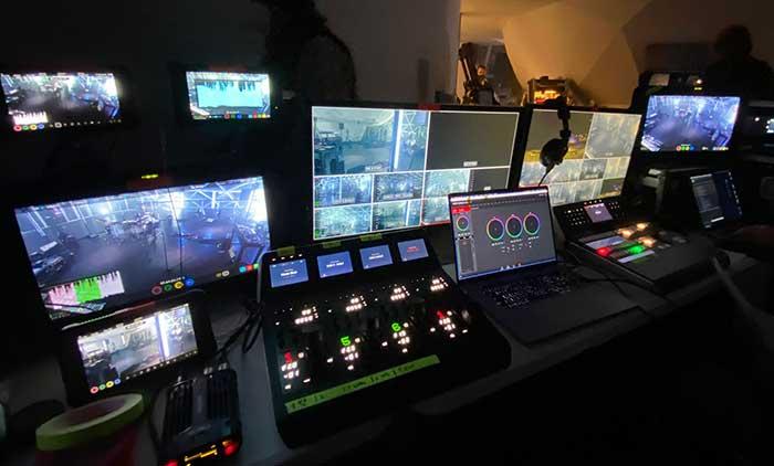 Regia live broadcast con mixer video e pannelli di controllo